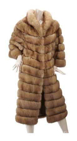 LEONARDO BRUNI. Manteau en zibeline bargouzine blonde travail horizontal sur intercalaires de d