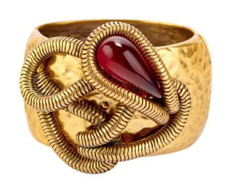 OSCAR DE LA RENTA. Bracelet manchette s'ouvrant en métal doré martelé rehaussé d'une chaine tub