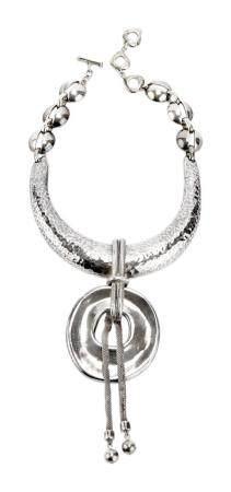 YVES SAINT LAURENT. Important collier pectoral d'inspiration ethnique en métal argenté, torque