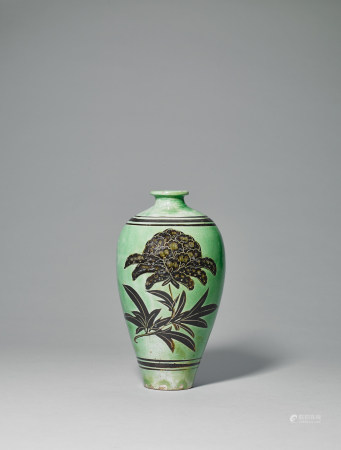 宋 磁州窯綠釉黑彩牡丹紋梅瓶
