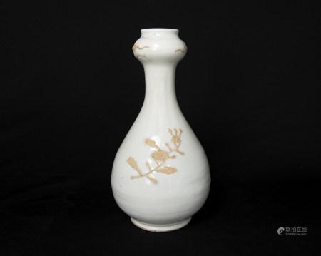 明代-甜白釉露胎刻花蒜頭瓶
