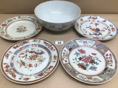 18TH/19TH CENTURY CHINESE PORCELAIN CIRCULAR BOWL, 24CM WITH FOUR SIMILAR DESSERT PLATES ALL A/F