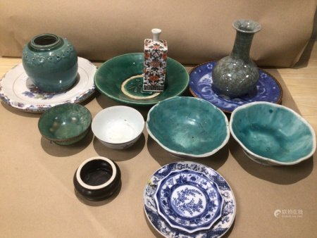 A MIXED COLLECTION OF CHINESE CERAMICS AND PORCELAIN INCLUDING, PLATEWARE AND VASES, WITH SOME