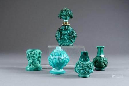 Quatre Vases et un Flacon à parfum.
