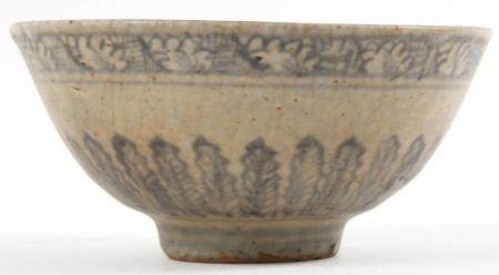 CHINESE MING DYNASTY PORCELAIN BOWL WITH LEAF PATTERN