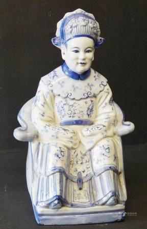 """Figurine en porcelaine """"Règle assise"""", faïence, 20e siècle, haut environ 32,5cm"""