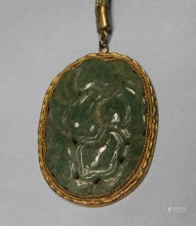 Pendentif en jade monté sur une monture en laiton, sur une chaîne en tissu