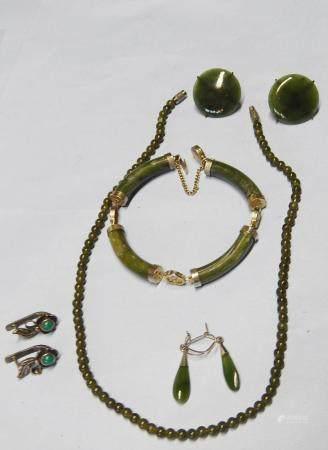 Ensemble de bijoux en jade comprenant 1 collier, 3 paires de boucles d'oreilles et 1 collier, l