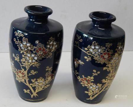 Paire de petits vases à fls avec des décorations florales et figuratives,céramique,probablem