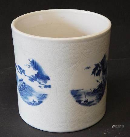 Pot à pinceau, porcelaine, émaillé bleu avec représentation d'un paysage romantique, Chine, 19e