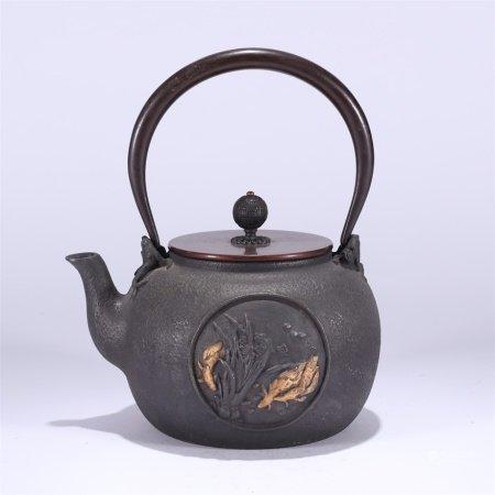 鱼化龙纹高浮雕铁壶