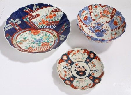 Japanese imari pattern charger, bowl and dish, all with stylised foliate decoration (3)
