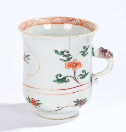 Chinese porcelain famille verte mug, Kangxi, with a flared lip above blue and red flowers and a