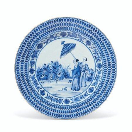 A LARGE BLUE AND WHITE 'PRONK DAME AU PARASOL' DISH QIANLONG PERIOD, CIRCA 1738