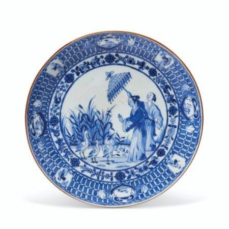 A BLUE AND WHITE 'PRONK DAME AU PARASOL' SAUCER QIANLONG PERIOD, CIRCA 1738
