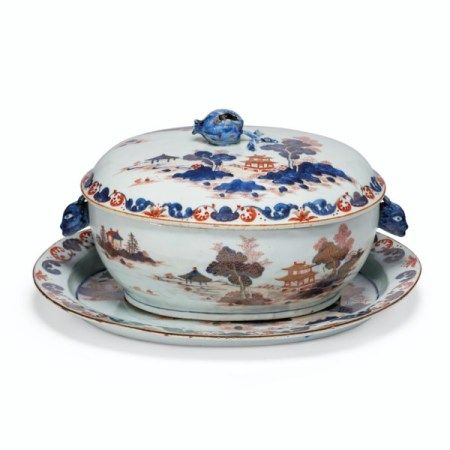 A 'CHINESE IMARI' SOUP TUREEN, COVER AND STAND YONGZHENG/QIANLONG PERIOD, SECOND QUARTER 18TH CENTURY