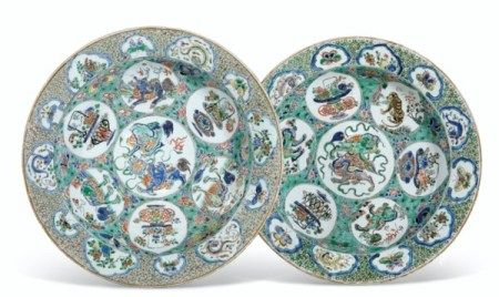A LARGE PAIR OF FAMILLE VERTE DISHES KANGXI PERIOD (1662-1722)