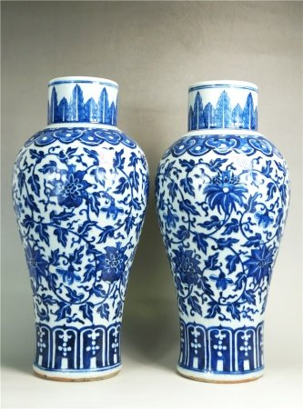 A pair of blue and white vase with floral pattern 青花花卉纹瓶一对