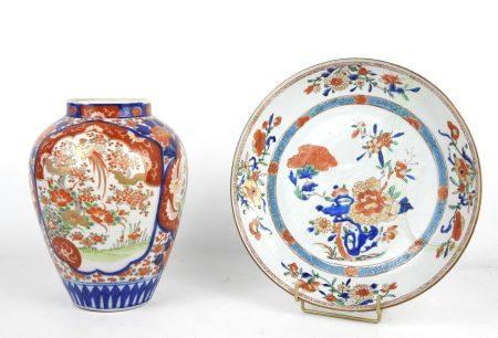 JAPON : Vase en porcelaine à décor Imari. Haut.: 24 cm. On y joint une assiette décor Imari. Di
