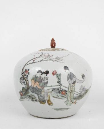 CHINE XIXème siècle. Pot à gingembre en porcelaine à décor de femmes et calligraphies. Couvercl