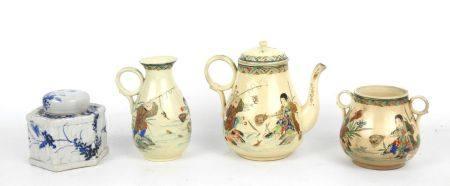 JAPON : Trois pièces de service à thé en faïence craquelée comprenant : une verseuse, un pot à