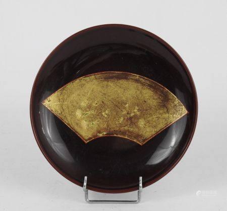 JAPON : Coupe laquée dorée sur fond rouge.: Diam.: 15 cm