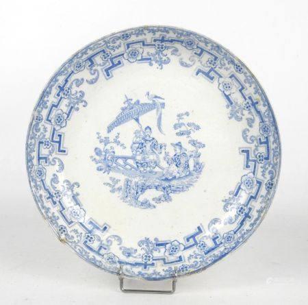 ASSIETTE en porcelaine à décor chinoisant de personnages avec enfant et oiseaux. Motifs bleus r