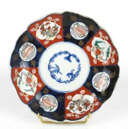 JAPON: Assiette en porcelaine décor Imari. Diam.: 21 cm.