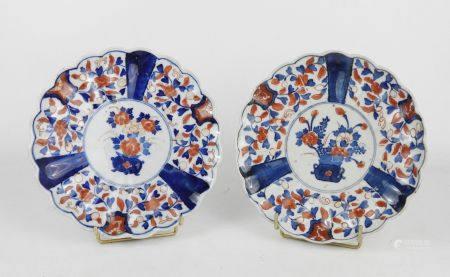 JAPON : Paire d'assiettes en porcelaine décor Imari de pots fleuris. Diam.: 22 cm .
