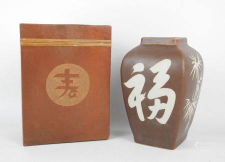 CHINE XXème. Deux vases en céramique dont un rectangulaire à décor d'un calligraphe (Haut.: 25