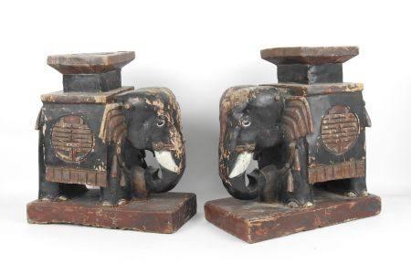 CHINE, XXème siècle : Paire d'éléphants formant sellette en bois sculpté laqué. Haut.: 43 cm. L