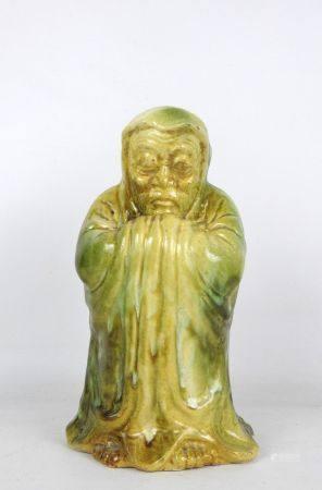 CHINE : Sujet en céramique à couverte jaune verte représentant un sage. Haut.: 28 cm.
