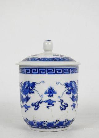 CHINE XXème. Tasse couverte en porcelaine à décor blanc bleu de deux dragons pourchassant la pe