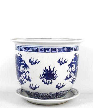CHINE XXème. Cache-pot et dormant en porcelaine à décor blanc bleu de deux dragons pourchassant