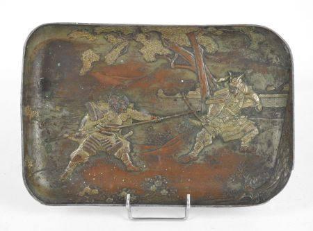 JAPON. Petit plateau rectangulaire en métal à décor repoussé d'un combat de samouraïs, peint en