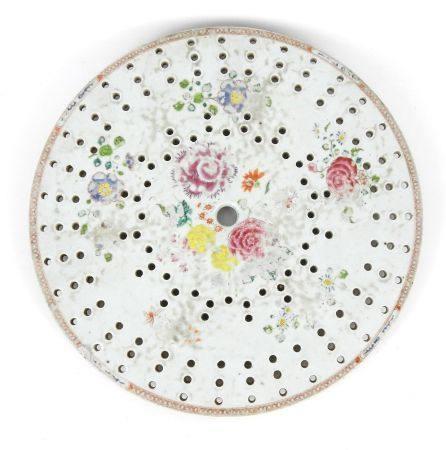 CHINE : Plat égouttoir en porcelaine à décor de fleurs. Haut.: 2.8 cm. Diam.: 37cm. (ébréchure)