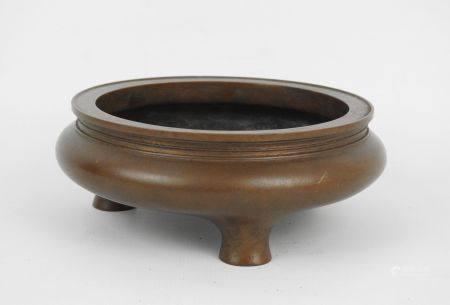CHINE : Brule parfum tripode en bronze à patine brune. Marque au revers. Haut.: 6 ; Diam: 16 cm
