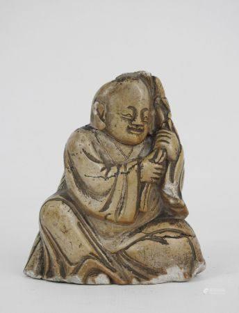 CHINE : Bouddha en pierre dure sculptée.  Haut.: 11 cm. (égrenures)