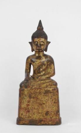 Bouddha assis en bronze à patine doré. Inscription sur le socle. Haut.: 20cm (usures)