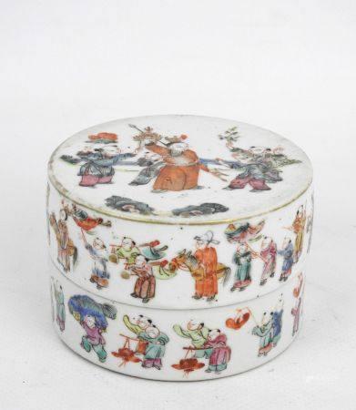 CHINE: Bonbonnière en porcelaine à décor en frise d'une procession de personnages. Haut.: 6 cm;