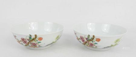 CHINE : Paire de bols en porcelaine à décor d'arbres en fleurs. Marque apocryphe Qianlong. Haut