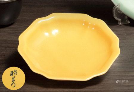 黃釉葵口盤