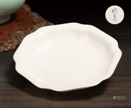 白釉葵口盤