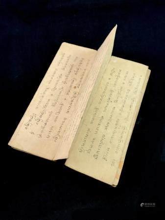 Livre de prières tibétains. XIXème. Hauteur: 36 cm, largeur: 11,5 cm.