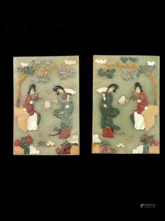 Paire de plaquettes en pierre dure polychrome et bas-reliefs figurant des jeunes femmes au jard