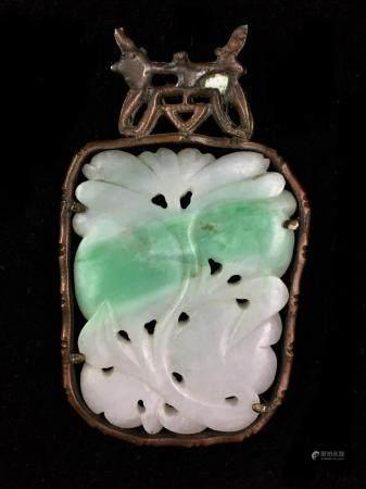 Pendentif en jadéite claire sculptée de fruits et de rinceaux fleuris. Monture en cuivre. Haut.