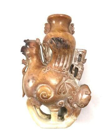 Groupe en serpentine céladon et rouille représentant un Phoenix supportant un vase. Style archa
