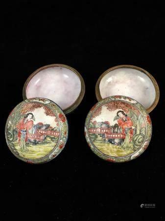 Une paire de boites à décors émaillé d'une jeune élégante dans un paysage. Style QianLong, débu