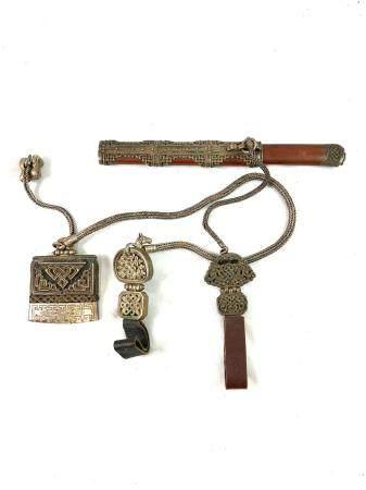Couteau tibétain, à poignée et fourreau en bois et métal argenté avec chaine en métal ouvragé e
