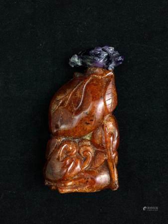 Flacon tabatière en ambre de belle couleur caramel foncé avec petites inclusions brunes, sculpt